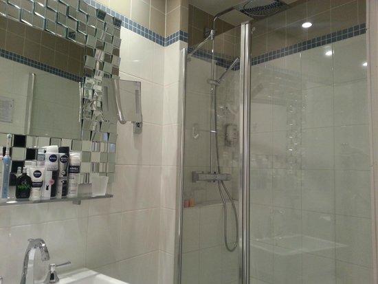 Le Petit Madeleine Hotel: Bathroom