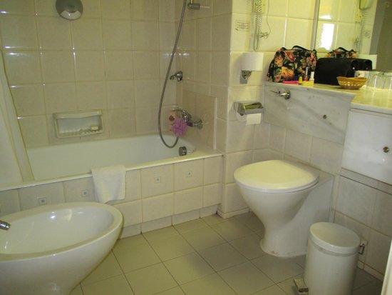 Golden Coast Beach Hotel: bathroom room 402