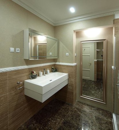 Almandine Apartments Hotel: Bathroom