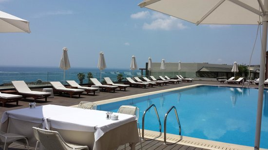 Boutique 5 Hotel & Spa: Inviting pool side loungers