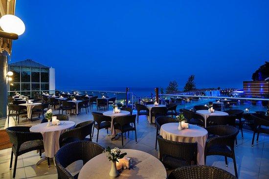 Pine Bay Holiday Resort: sunset bar