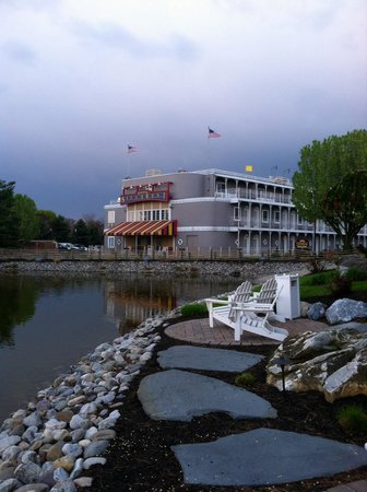Fulton Steamboat Inn: Nice pond