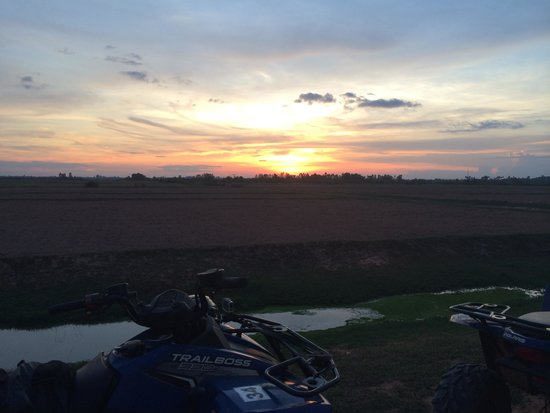 Quad Adventure Cambodia Siem Reap: Stopped for sunset