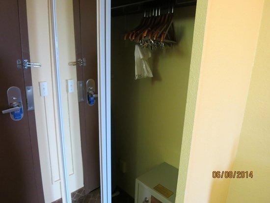Best Western Kirkwood Inn: Closet, full lenght mirror, an extra pillow and blanket.
