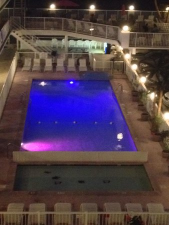 Paradise Oceanfront Resort: The Lights in the pool add a special Paradise atmosphere.