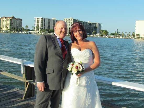 Ebb Tide Waterfront Resort : bride and groom on fishing dock