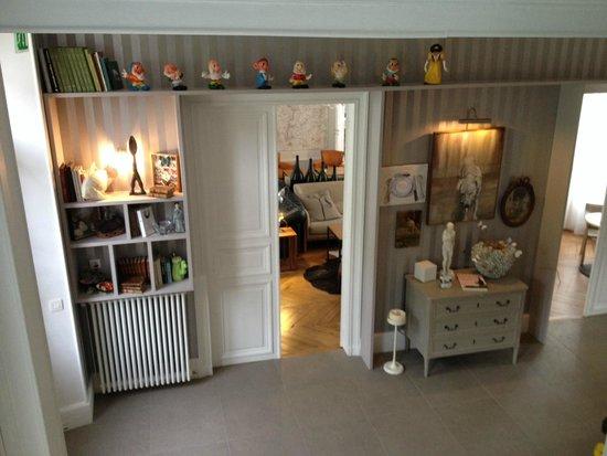 Hôtel Restaurant Les Avisés : Hall que liga a escada e quartos com a Sala de Estar