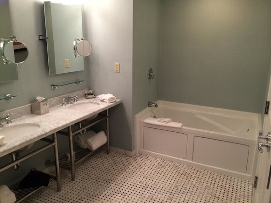The Elms Hotel and Spa: Jacuzzi and double sinks