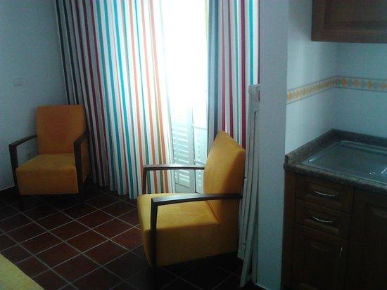 Patios da Vila- Boutique Apartments: Wohnbereich mit Zugang zum Balkon