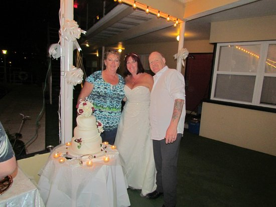 Ebb Tide Waterfront Resort : bride and groom with Maria who made this wonderful cake
