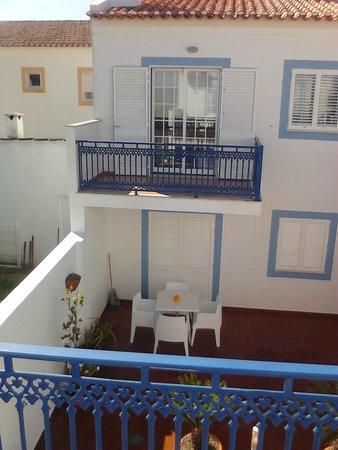Patios da Vila- Boutique Apartments: Der Balkon der gegenüberliegenden Apartments