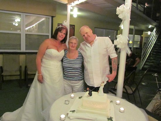 Ebb Tide Waterfront Resort : bride and groom with carol she made the English cake