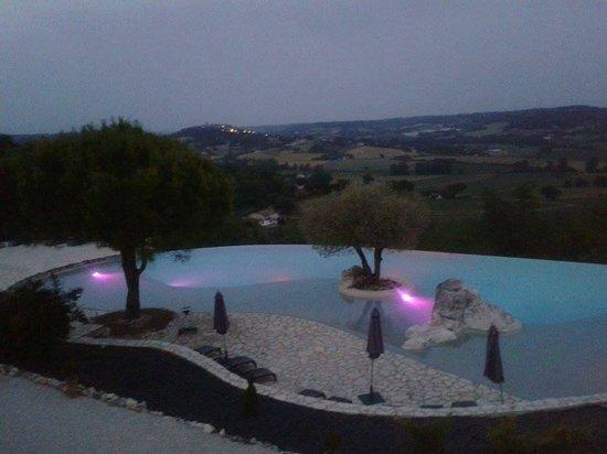 Hotel le Belvedere : piscine la nuit