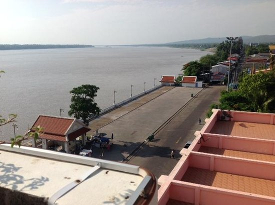 Riverfront Hotel Mukdahan: Looking across the Mekong River