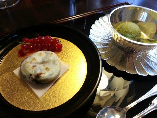 Unkai Restaurant: Grünteeeis und gegrilltes, mit Azukibohnen gefülltes Mochi