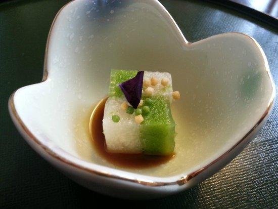 Unkai Restaurant: Amuse-gueule: Taro und Erbsengelee mit Seeigel Sauce