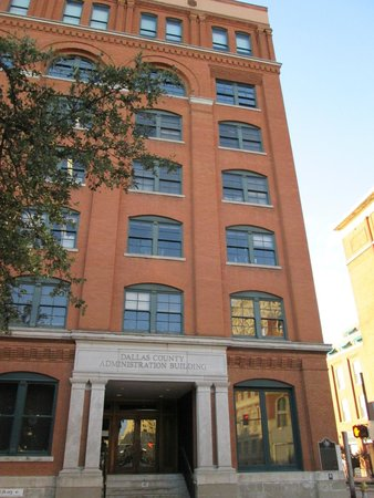 Dealey Plaza National Historic Landmark District : Thé building with thé sixth floor.