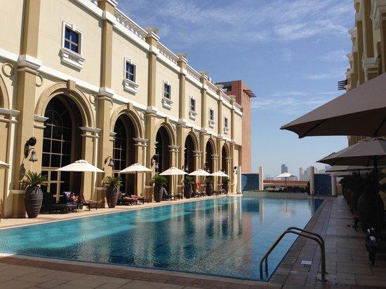 Movenpick Ibn Battuta Gate Hotel Dubai: Pool auf dem 8 Stockwerk