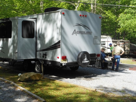 Arrow Creek Campground: Guests stop to chat in backgr'nd