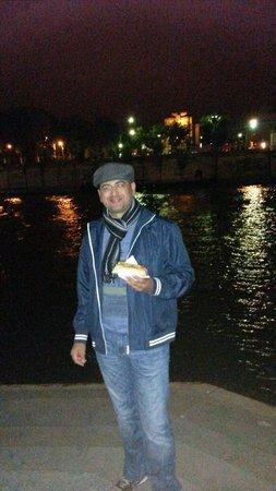 River Seine: Hotdog a beira do Sena!!! Noite perfeita!!!