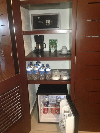 Hotel Marina El Cid Spa & Beach Resort: Fridge stock with soft drinks and beer