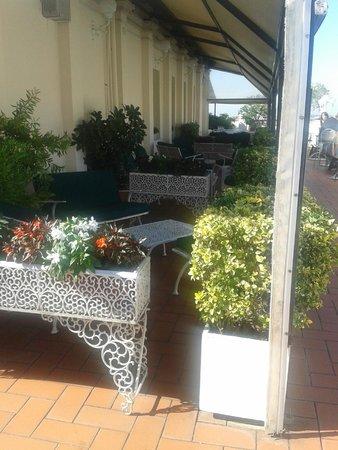 Mecenate Palace : Столики на терассе ресторана