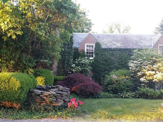 Morgan Samuels Inn: Beautiful Gardens surrounding main house
