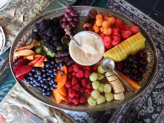 Morgan Samuels Inn: Breakfast fruit platter