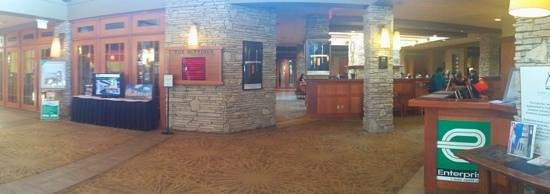 Sawridge Inn and Conference Centre Fort McMurray : View of the lobby from the front desk.