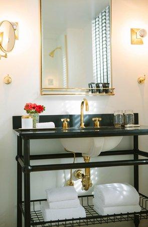 Kimpton Palladian Hotel: Guestroom bath vanity
