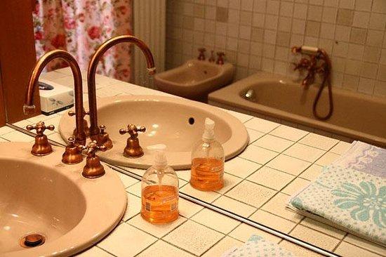 Bagno interno con vasca e doccia - Picture of Il Baciass, Pinerolo - TripAdvisor