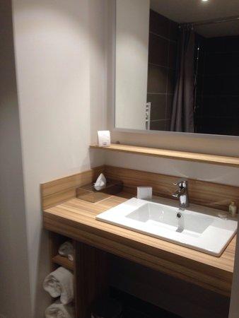 Quality Suites Lyon 7 Lodge: Lavabo de la salle de bain