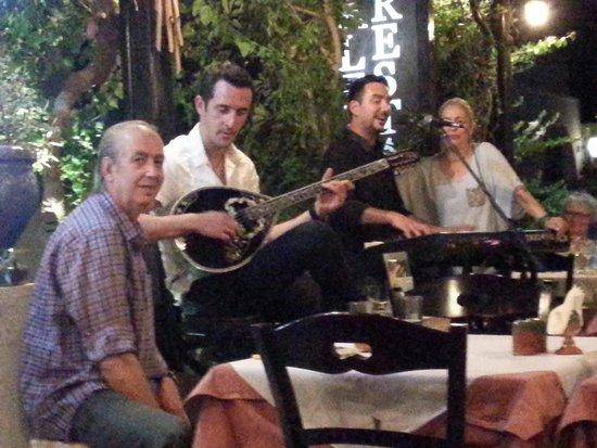 Restaurant Alexander : le groupe entouré des patrons sympas