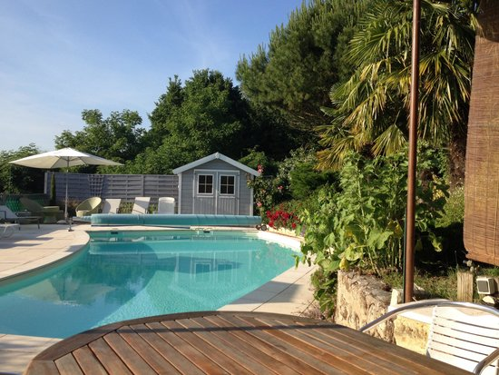 Cinais, فرنسا: La terrasse ombragée et la piscine