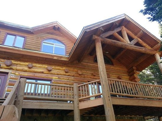 The Silver Lake Lodge: Other side of the back. Tons of room to sit outside and enjoy coffee or wine!