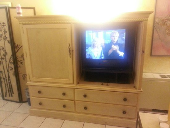 Inverrary All Inclusive Vacation Resort : Still an older tv, but a much better screen and much better cabinet