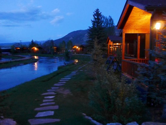 Rustic Inn Creekside Resort and Spa at Jackson Hole: Evening of cabins