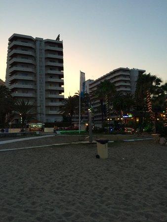 Bajondillo Apartments: Hotellet sett fra stranden