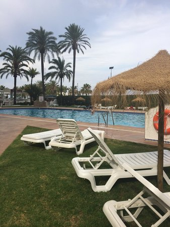 Bajondillo Apartments : Deler av bassenområdet på hotellet