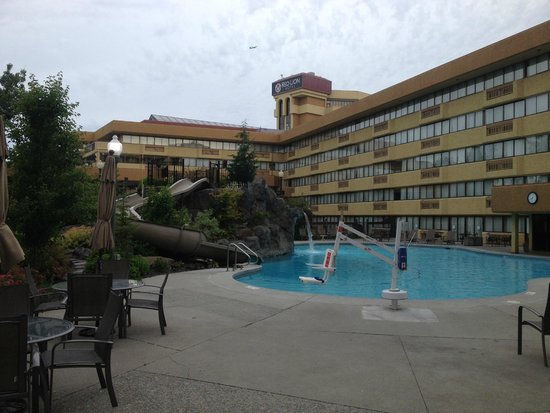 Hotel RL by Red Lion Spokane at the Park: Pool with water slide