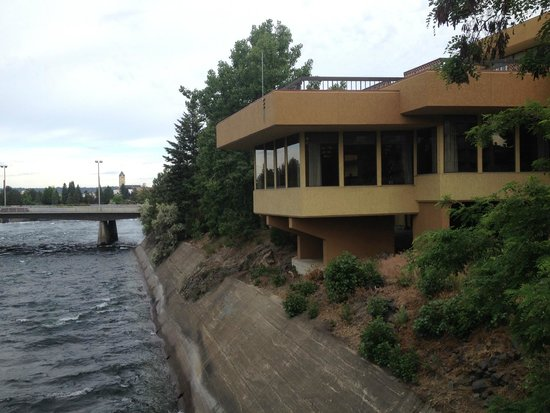 Hotel RL by Red Lion Spokane at the Park: Restaurant overlooking Spokane River