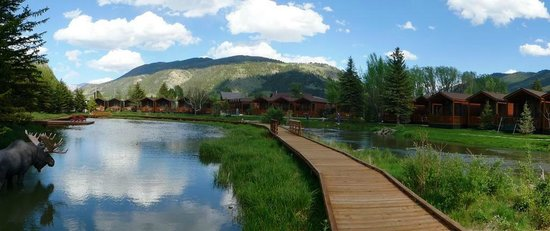 Rustic Inn Creekside Resort and Spa at Jackson Hole: walkway