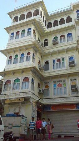 Mewar Haveli : we outside the hotel