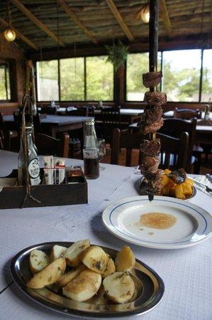 Casa de Pasto Justiniano: Espetada, Kartoffeln und Milho