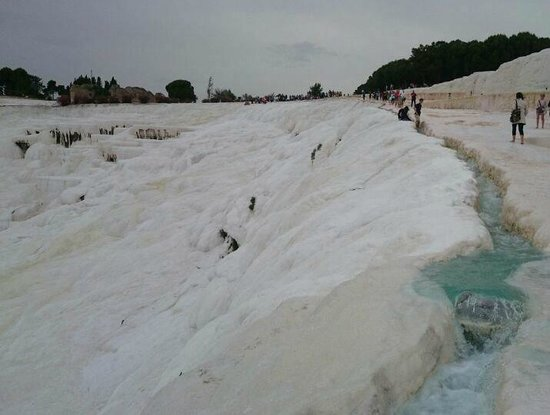 Pamukkale Thermal Pools : trench of gushing water on the right