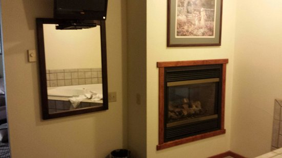 La Quinta Inn & Suites Great Falls: Jacuzzi suite decore - faded 80's pictures on the walls
