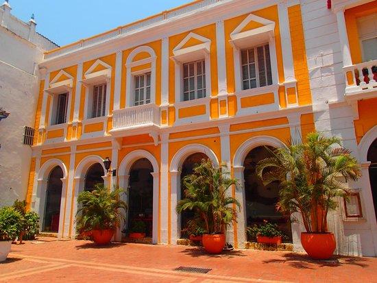 Ciudad amurallada: Hotel próximo a muralha.