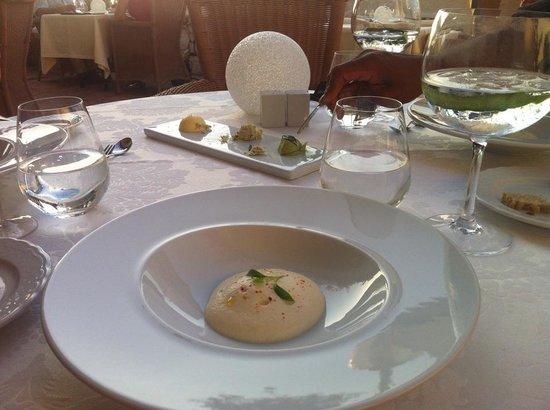Bon Bon Restaurante: Cauliflower foam with tuna tartar and wasabi - AMAZING :)