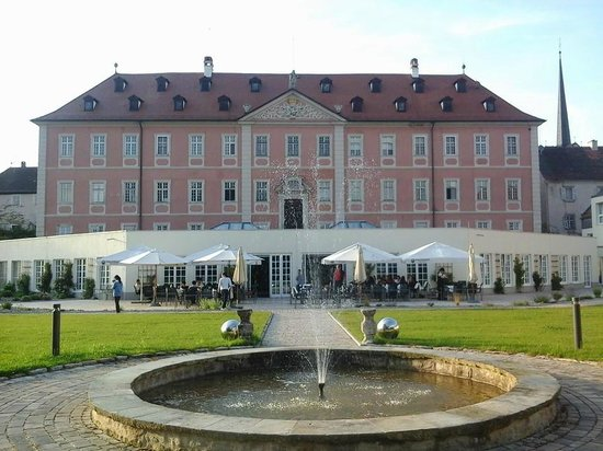 Lindner Hotel Schloss Reichmannsdorf: You don't stay in this building/the castle itself but it's a very pretty backdrop.
