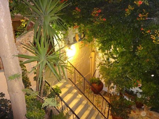 Erato Hotel: nächtliche Hotelimpression